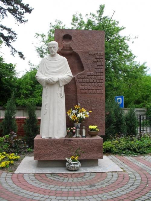 Koluszki ul. 11-go Listopada - teren kościoła. Pomnik świętego Maksymiliana Marii Kolbego #Koluszki #kościół #pomnik #święty #Maksymilian #Maria #Kolbe #listopada
