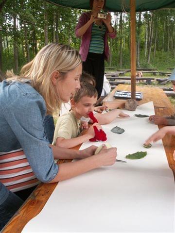 Dzieci to co znalazły w lesie nakleiły wszystko na papier