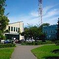 TOMASZÓW MAZOWIECKI - budynki obok ratusza - w głębi maszt RTV przy ul.Mościckiego #TomaszówMazowiecki #Łódzkie #miasto #skwer #sklepy #maszt