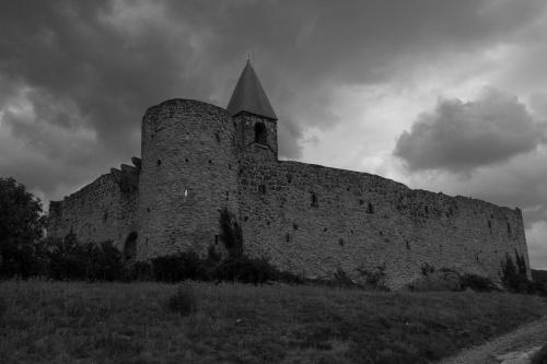 Wioska Hrastovlje z romańskim kościółkiem Świętej Trójcy otoczonym średniowiecznym murem obronny. #Słowenia
