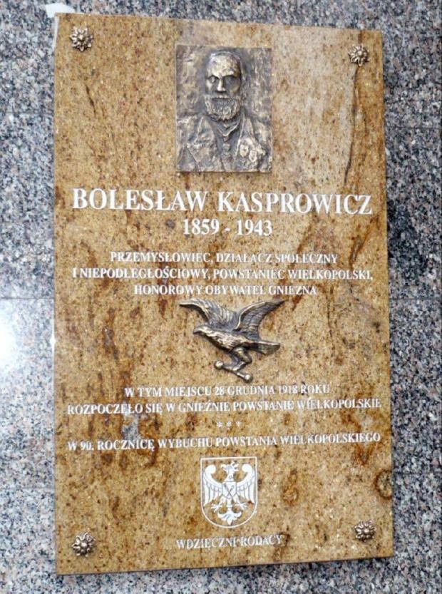 Powstanie Wielkopolskie Gnieznp Pamiątkowa tablica ul. Chrobrego front hotelu Pietrak