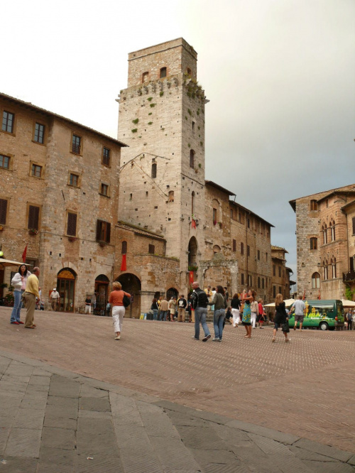 San Gimigniano - Piazza della Cisterna, ma kształt trójkąta #SanGimigniano #Włochy #Toskania