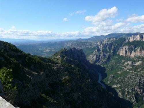 Widoki poprzez wijącą się dolinę Verdon #CanionDuVerdon #Francja #Prowansja