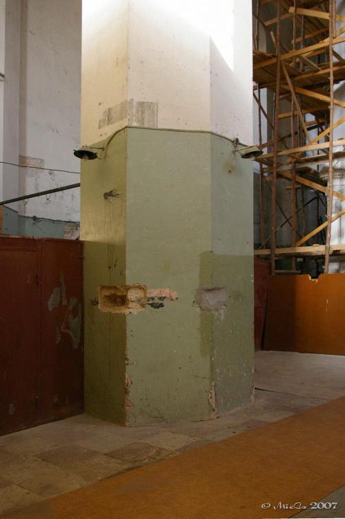 """Posowiecki """"modernistyczno-industrialny"""" wystrój wnętrza robi przygnębiające wrażenie. Lamperie z farby olejnej, pod którymi schowano zabytkowe freski. Skute zdobienia, zniszczone ołtarze pozwalały skupić się robotnikom na budowie socjalizmu."""