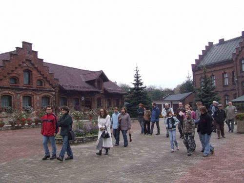 Uczestnicy spaceru na placu farskim. #DniDziedzictwa #fara #probostwo #Kochłowice #kochlowice #Kochlowitz