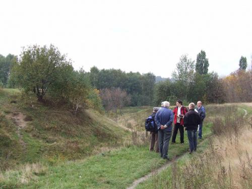 Średniowieczny gródek na pograniczu Kochłowice-Bykowina. Widok w kierunku południowy-wschód. Na lewo od uczestników spaceru fosa i stożek grodziska. #GeniusLoci #Bykowina #grodzisko #gródek #Kochel #kochlowice #Kochlowitz #Kochłowice #kopiec